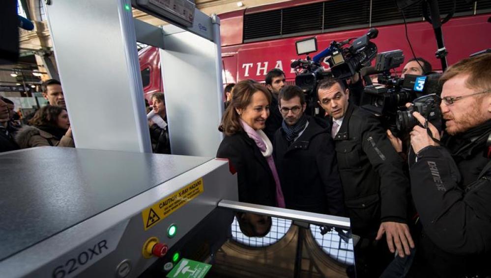 La ministra francesa de Ecología y Transporte atravesando el arco de seguridad