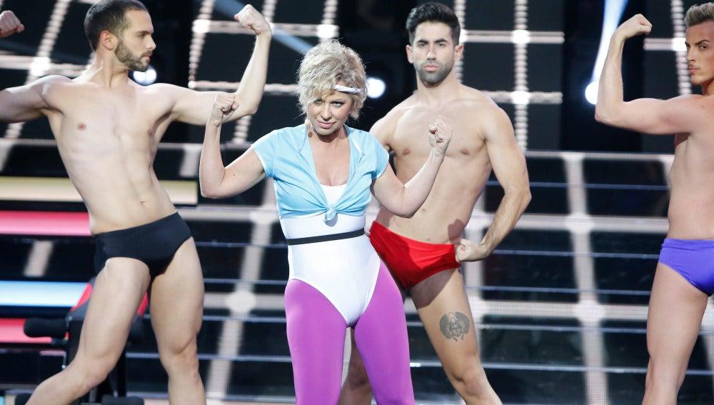 "Vicky Larraz se convierte en Olivia Newton John y canta ""Physical"""