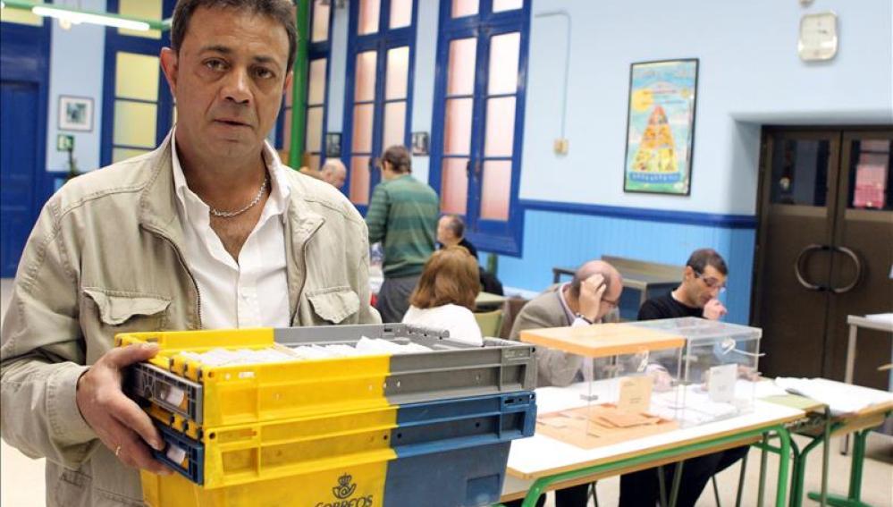 Un empleado de Correos entregando los votos en un colegio electoral en 2011