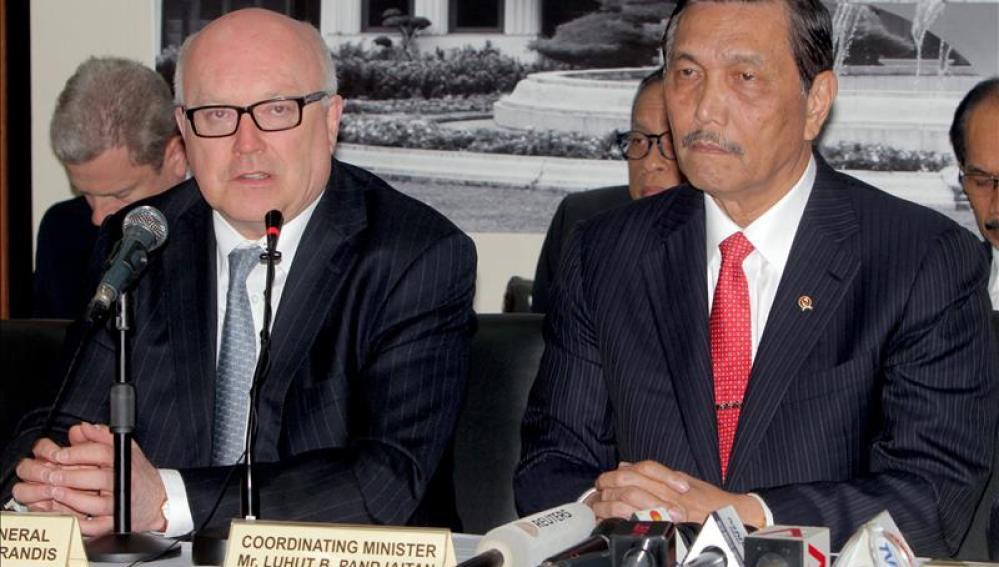 El Fiscal General australiano, George Brandis, acompañado del ministro indonesio de Coodinación de Políticas de Indonesia