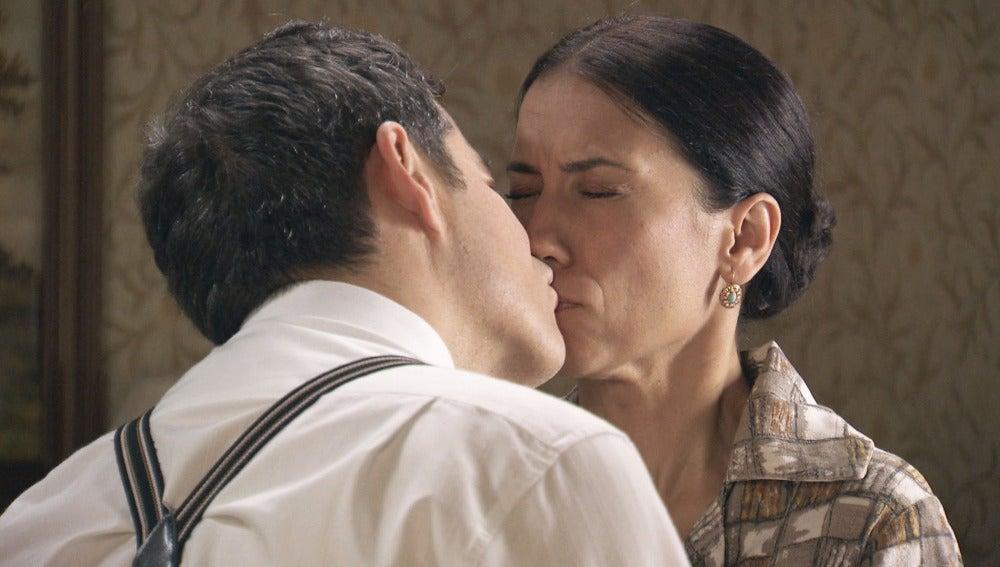 Ramón besa a Manolita durante el ensayo