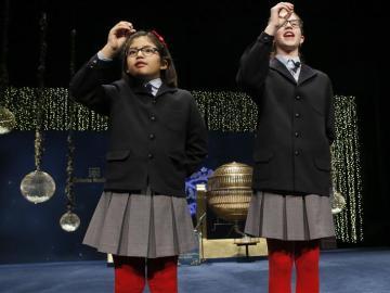 Lorena y Nicol, las niñas que han cantado 'El Gordo'