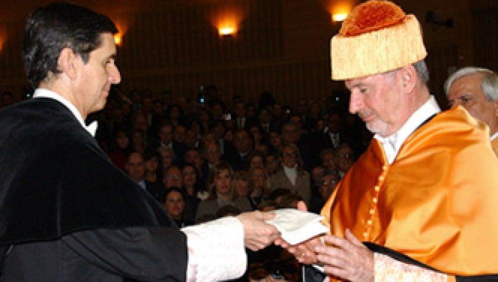 Rodrigo Rato recibiendo el título de doctor 'honoris causa' de la URJC en 2009