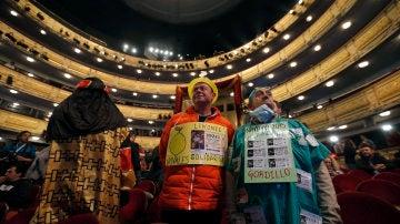 Lotería de Navidad 2019: Algunas personas disfrazadas esperan en el interior del Teatro Real a que dé comienzo el Sorteo Extraordinario de Navidad, para vivir de cerca el instante en que los niños de San Ildefonso canten el Gordo.