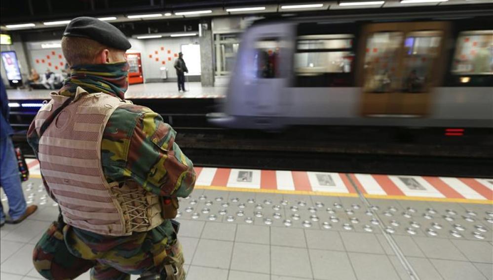 Un militar belga vela por la seguridad en Bruselas