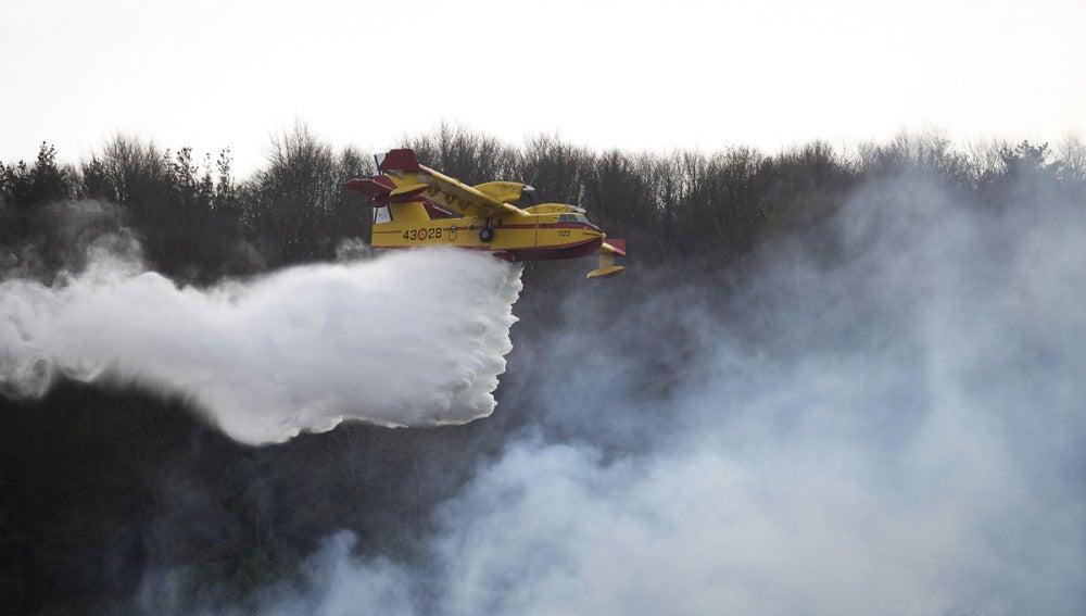 Un hidroavión trabaja en la extinción del fuego