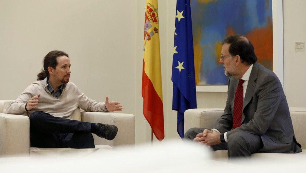 Mariano Rajoy recibe en el interior de la Moncloa a Iglesias