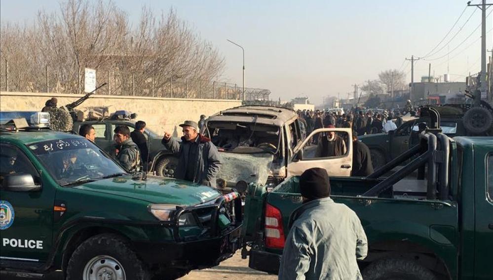 Miembros de seguridad afganos inspeccionan el lugar de la explosión
