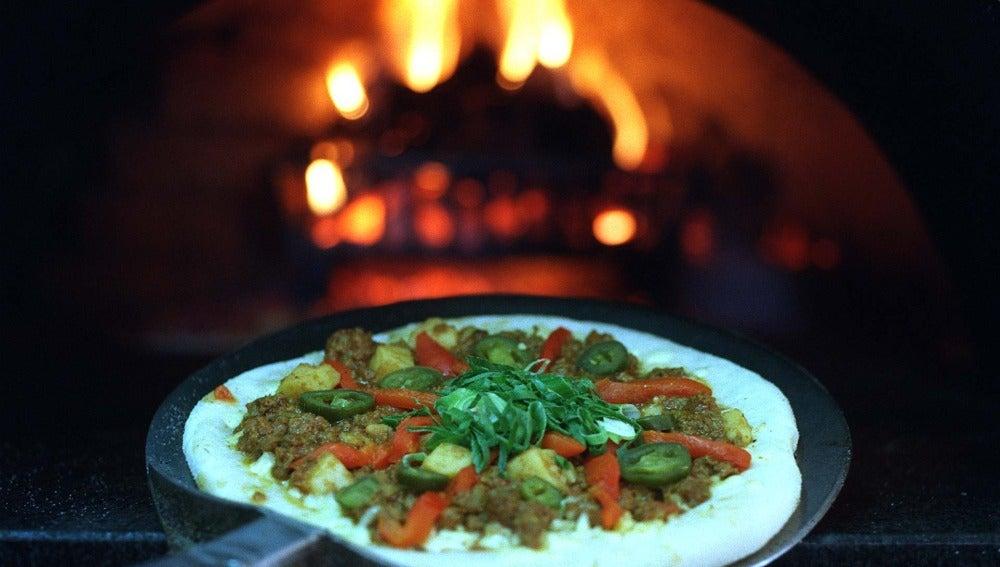 Pizza hecha en un horno de leña