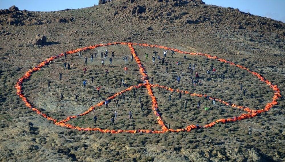Crean el símbolo de la paz en Lesbos