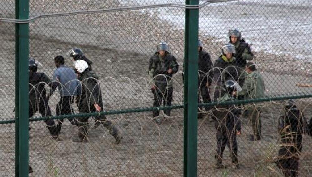 Un grupo de inmigrantes intenta saltar la valla de Ceuta