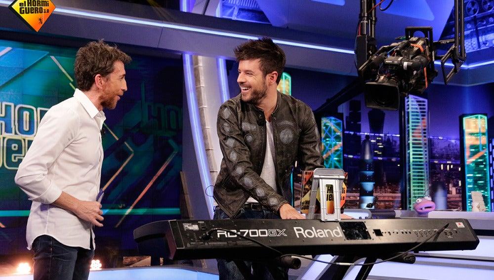 Motos somete al reto '¿Qué canción es?' a Pablo López