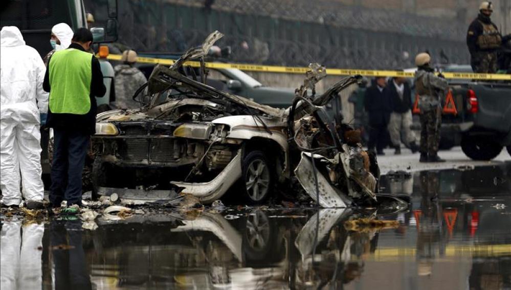 Oficiales de Seguridad investigan el lugar donde se ha producido la explosión