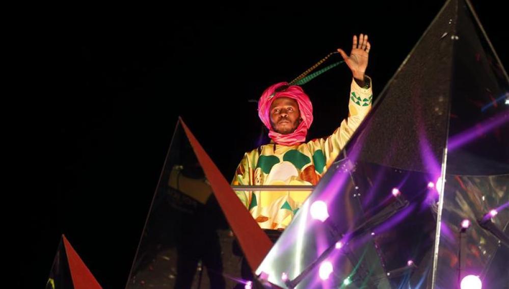 El Rey Baltasar saluda a todos los madrileños desde su carroza