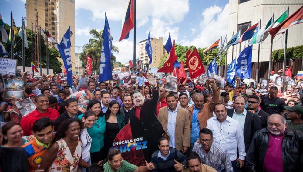 Diputados chavistas junto a sus seguidores en una marcha hasta el Supremo