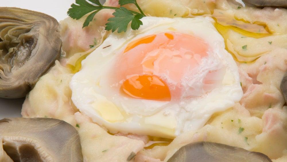 Alcachofas con huevo escalfado