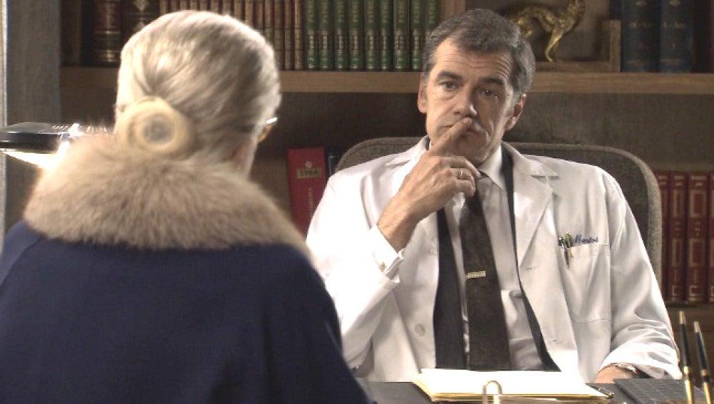 El Dr. Martos le pide a Emilia que actúe como   espía