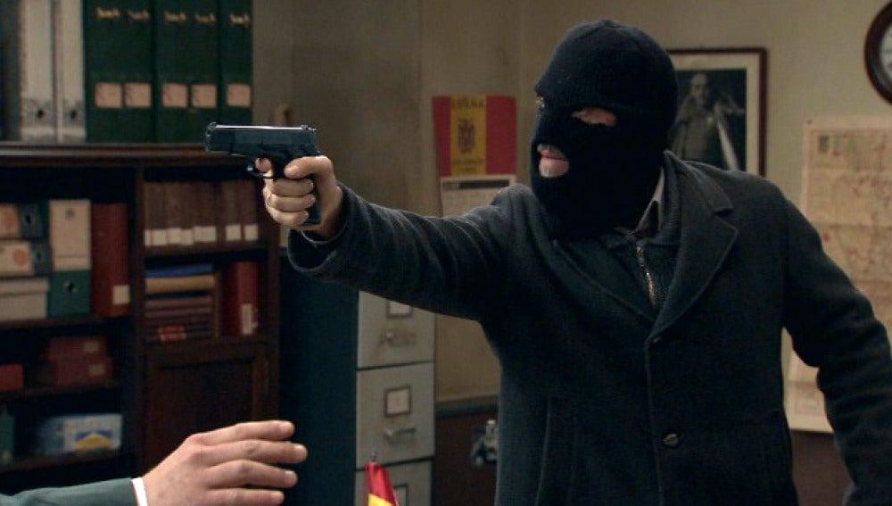 Eladio lleva a cabo el robo en el cuartel
