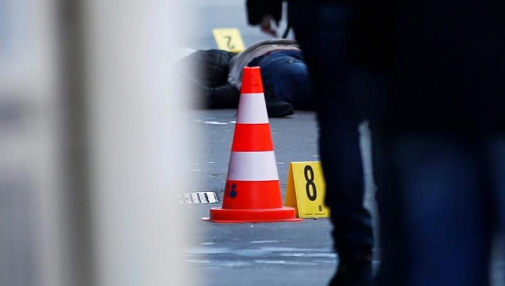 El cadáver del atacante yace en el suelo tras ser abatido por la policía