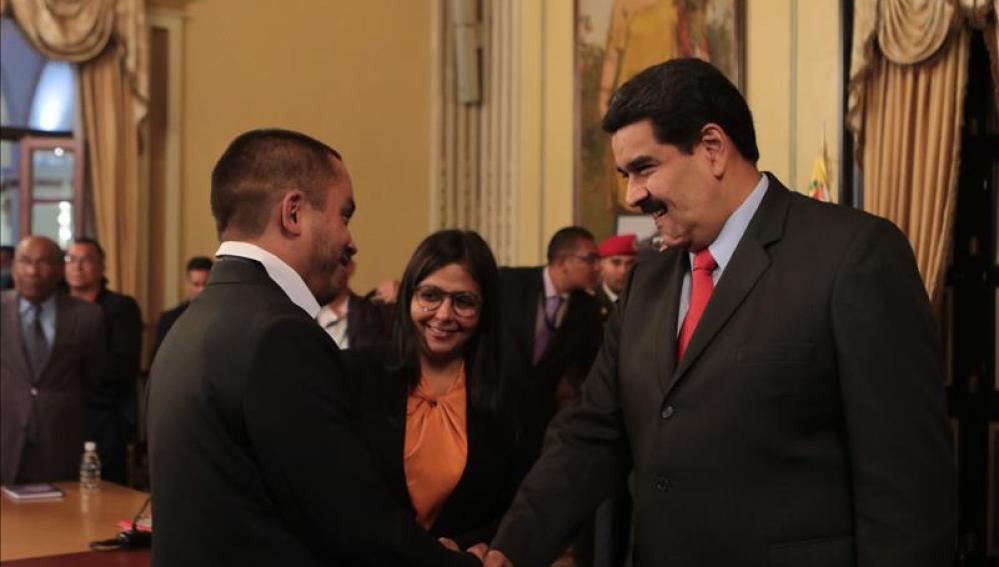 Maduro saludando a Luis Salas, nuevo ministro de Economía Productiva