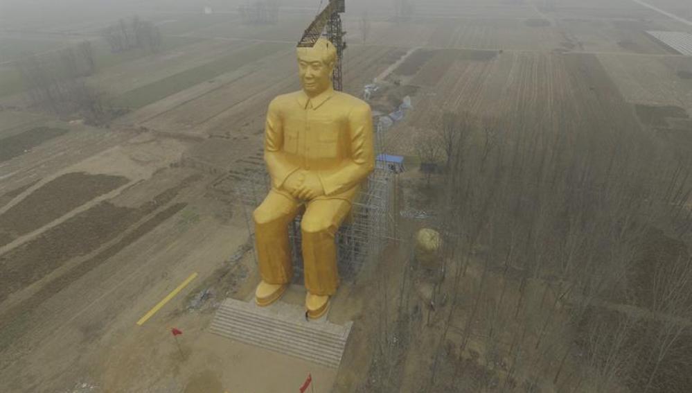 Estatua de 36,6 metros de altura del presidente Mao durante su construcción en Tongxu