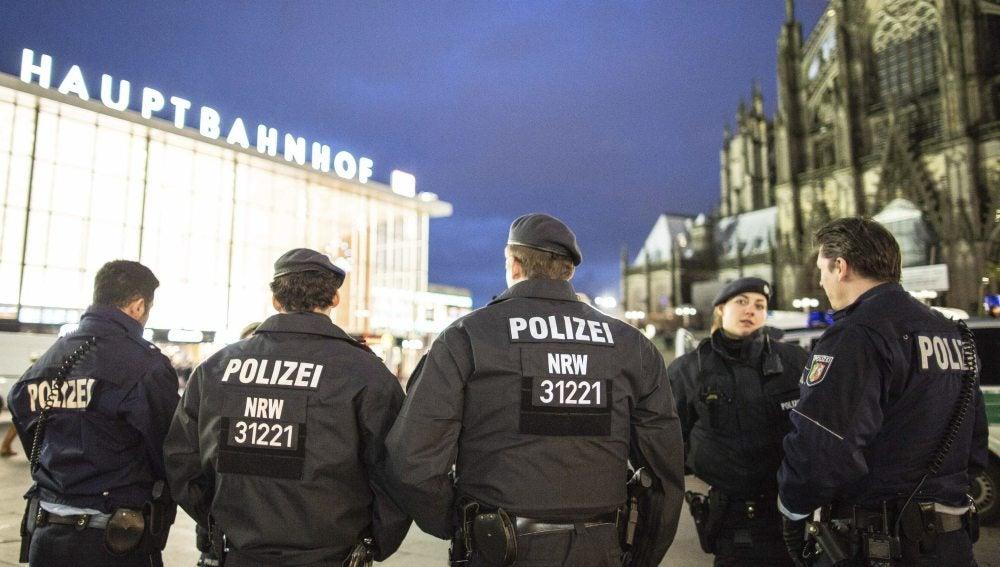 Varios policías patrullan cerca de la estación central de tren de Colonia