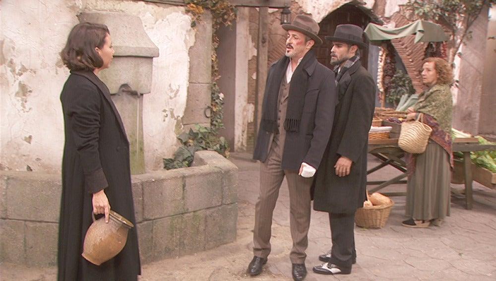 Alfonso y Emilia discuten en la plaza del pueblo