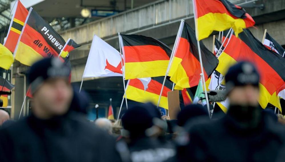 Manifestantes en Colonia con banderas alemanas