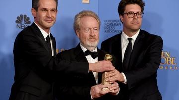 Ridley Scott posa junto a la estatuilla