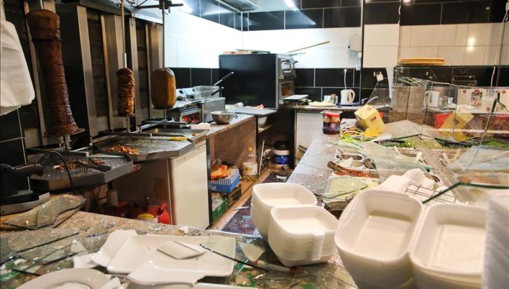 El interior de un restaurante árabe quedó destrozado tras la marcha