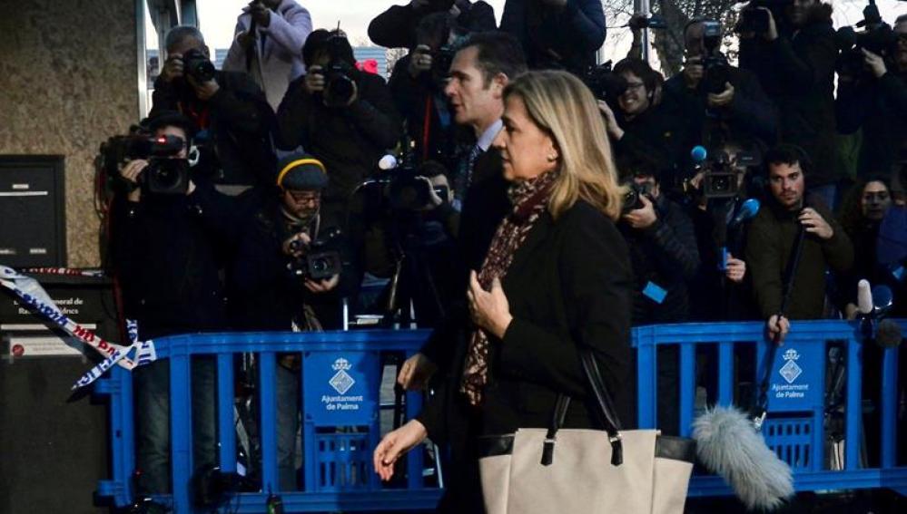 La infanta Cristina y su marido, Iñaki Urdangarin, a su llegada al edificio de la Escuela Balear