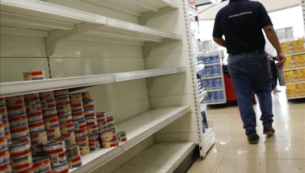 Estanterías desabastecidas en un supermercado en Venezuela