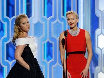 Amy Schumer y Jennifer Lawrence en la gala