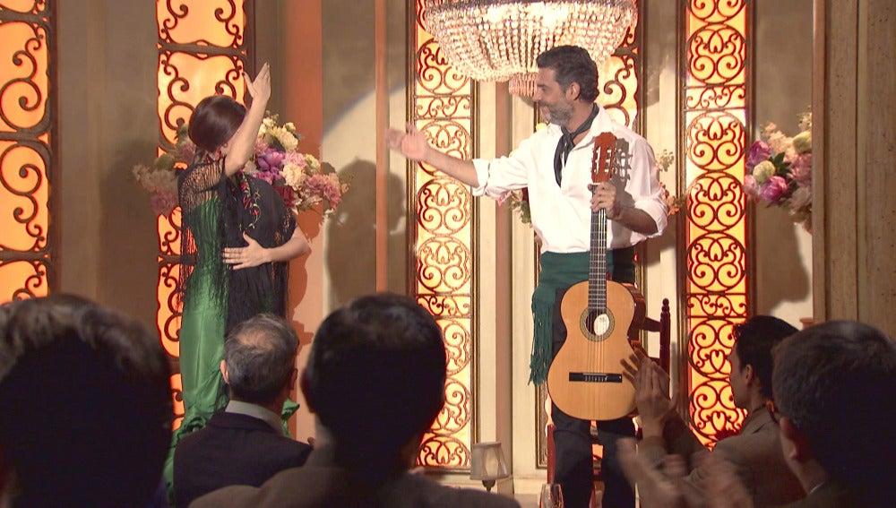 Miguel contrata a Eladio para actuar en el Café Reyes