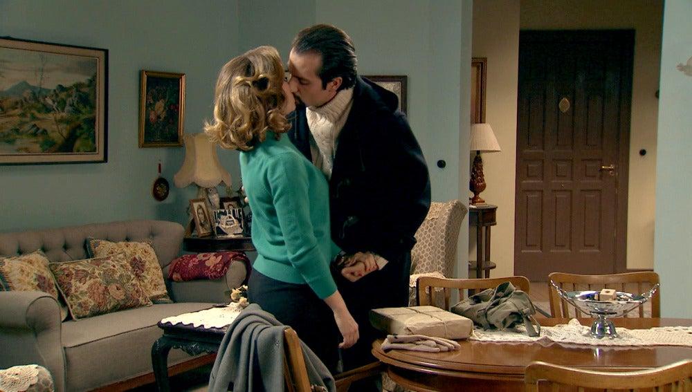 Lucas besa a Leonor tras la buena noticia
