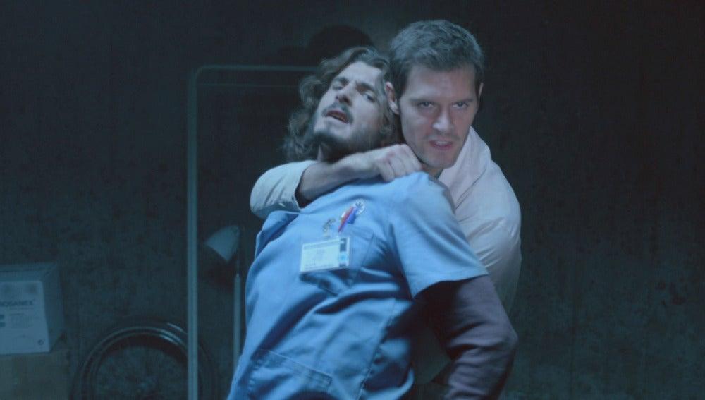 Alain sujeta a Víctor
