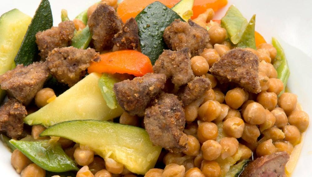 Garbanzos con verduras e higadillos de pollo