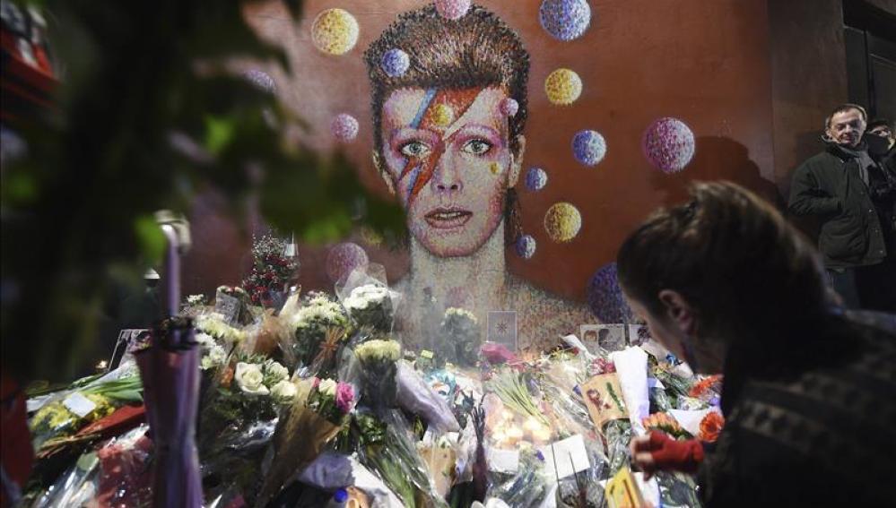 Varias personas riden homenaje al cantante británico David Bowie en Brixton (Londres)