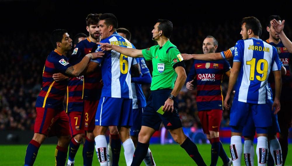 Luis Suárez se encara ante los jugadores del Espanyol