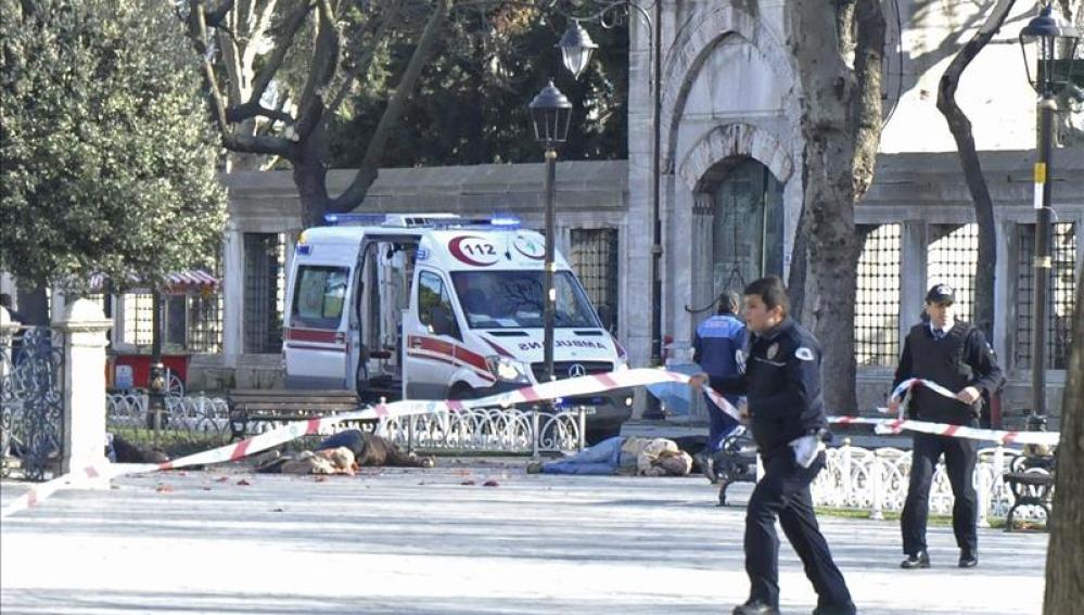 Policías acordonan la zona junto a los cadáveres de varias víctima
