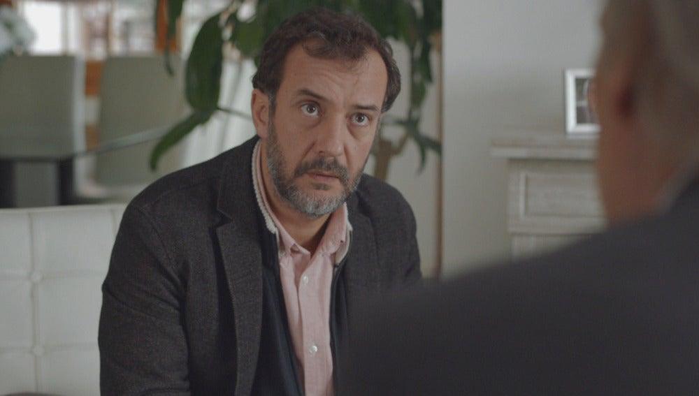 Enrique habla con el comisario Casas