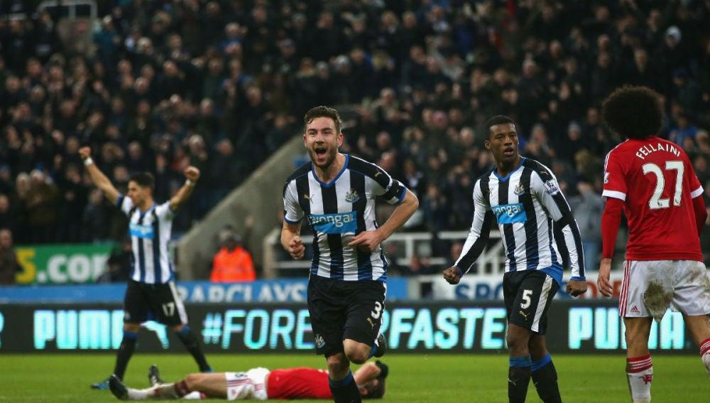 Paul Dummett anota el empate definitivo ante el United