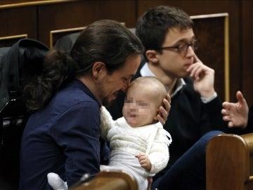 Pablo Iglesias, en su escaño, acuna al bebé de Carolina Bescansa