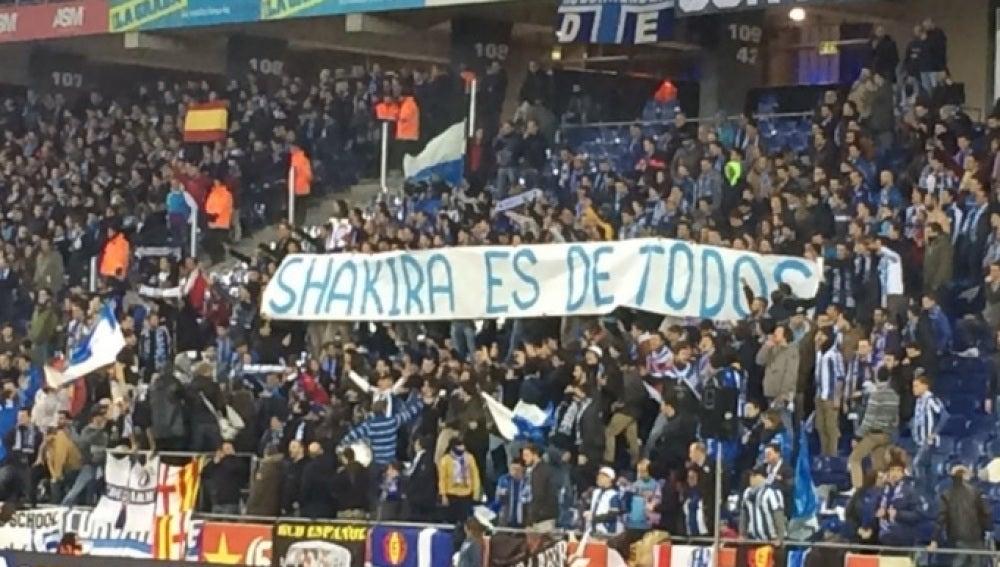 Pancarta en Cornellá contra Shakira