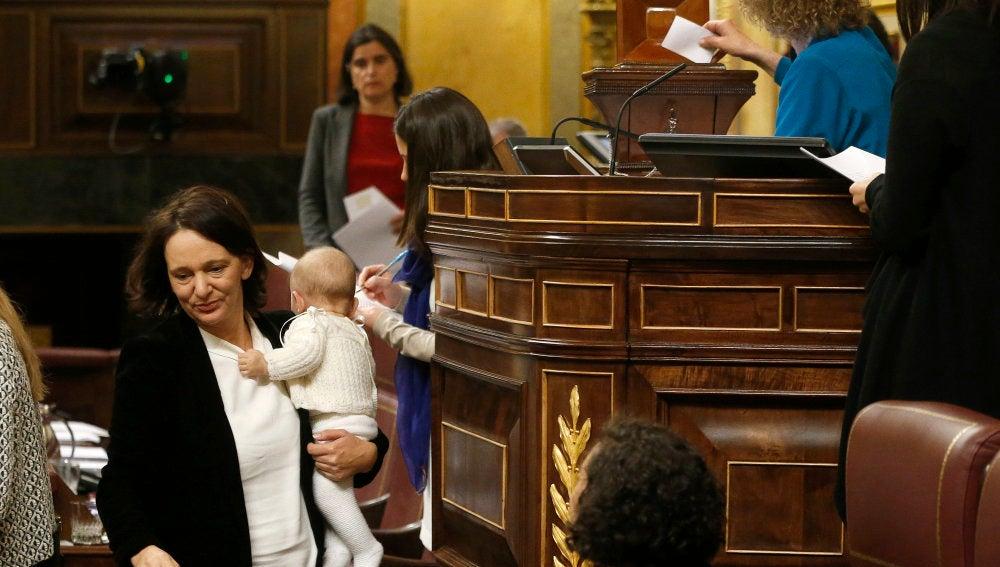 Carolina Bescansa, con su hijo en el Congreso