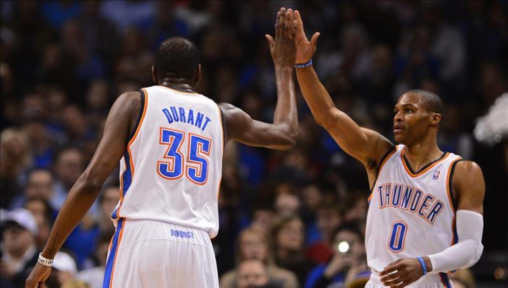 Durant y Westbrook celebran la victoria
