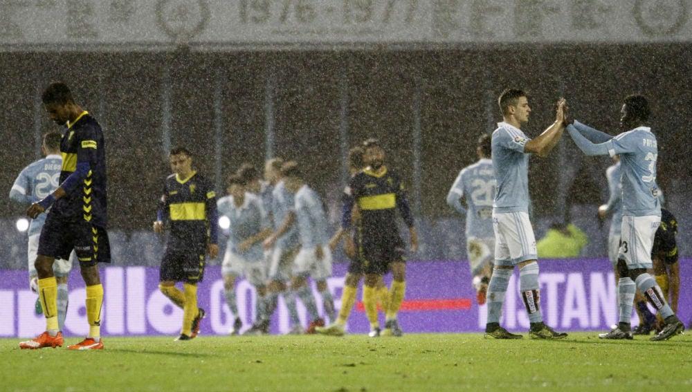Los jugadores del Celta celebran la victoria bajo la lluvia