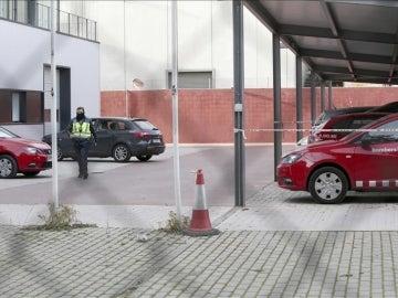 Un policía en la sede de los Bomberos de la Región Metropolitana Sur de Barcelona, en Sant Boi de Llobregat