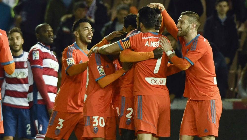 Zahibo es felicitado tras marcar ante el Granada