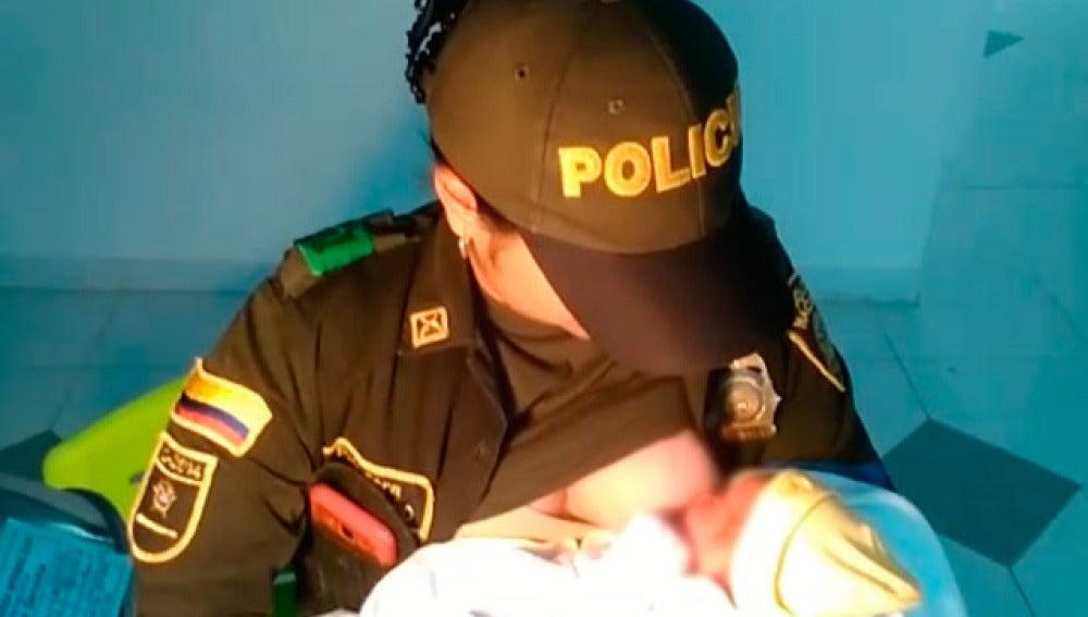 Policía amamanta al bebé